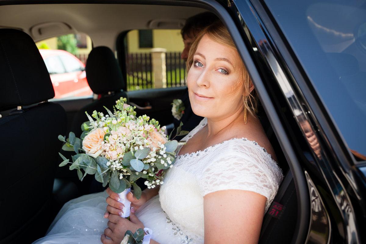 Nevěsta sedí v autě