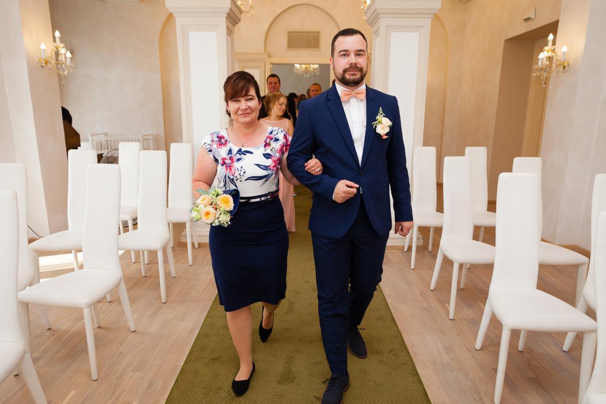 Ženich s maminkou, svatební obřad, Pardubice