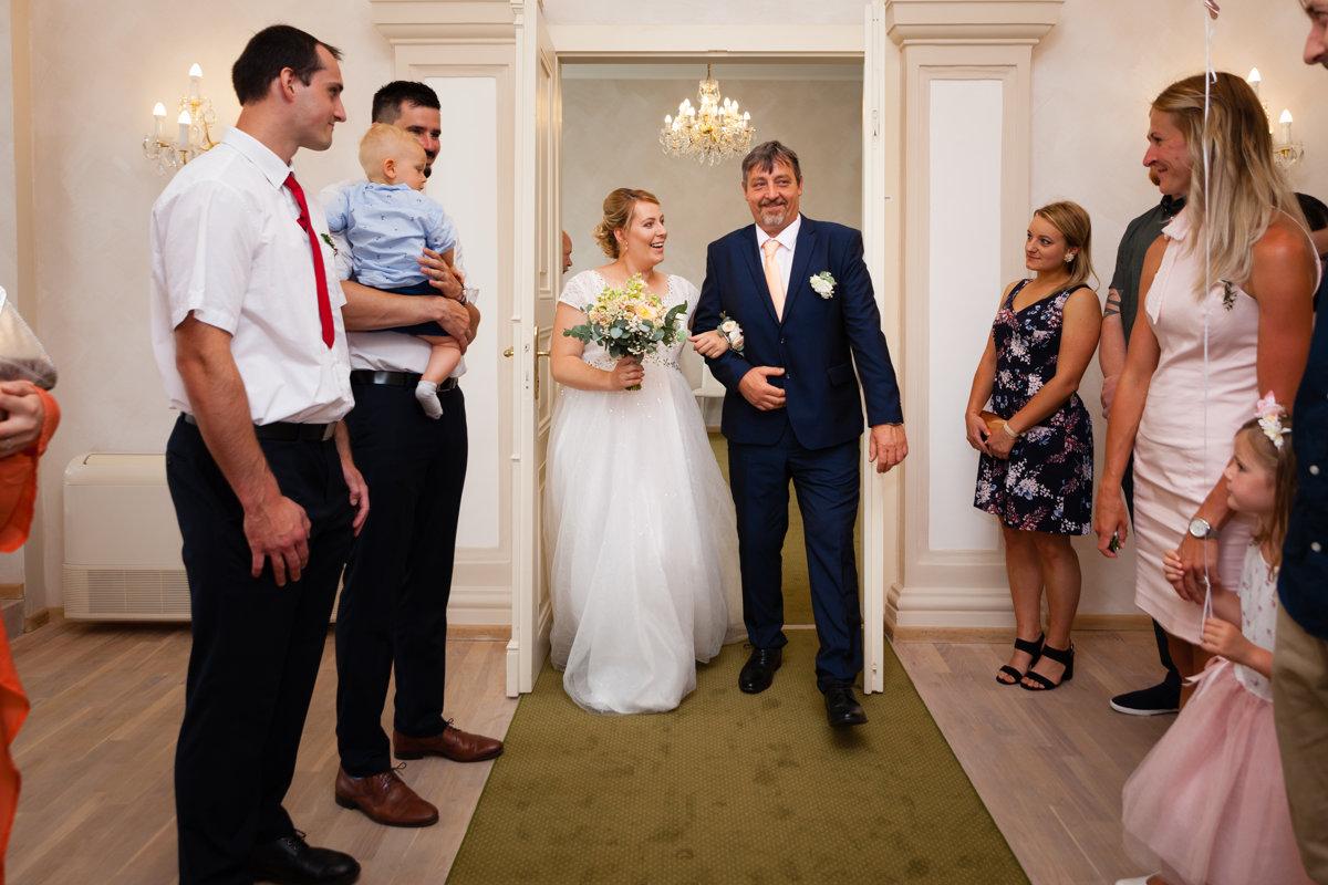 Tatínek vede nevěstu, svatební obřad, Pardubice