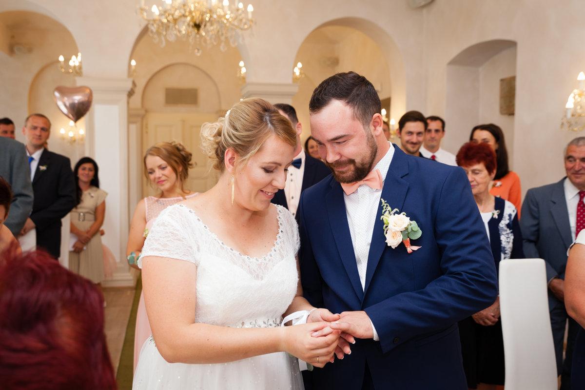 Nevěsta nasazuje ženichovi prstýnek, obřadní místnost, Pardubice