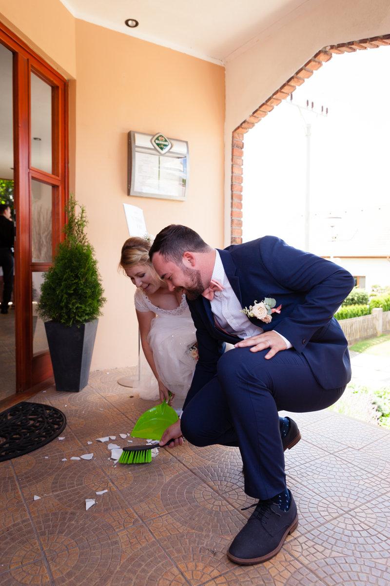 Nevěsta se ženichem zametají střepy, restaurace Na Výsluní, Srch