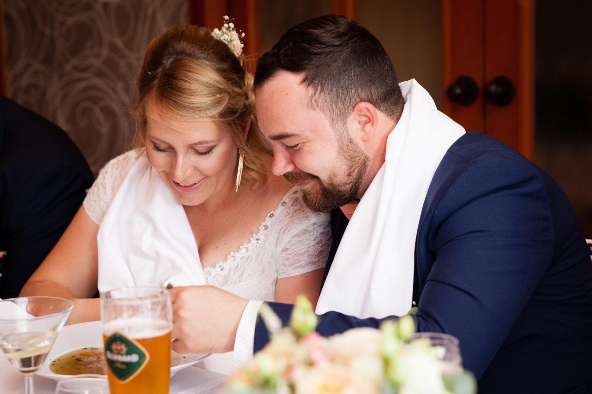 Nevěsta se ženichem jí svatební polévku