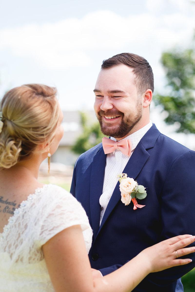 Detail na smějícího se ženicha