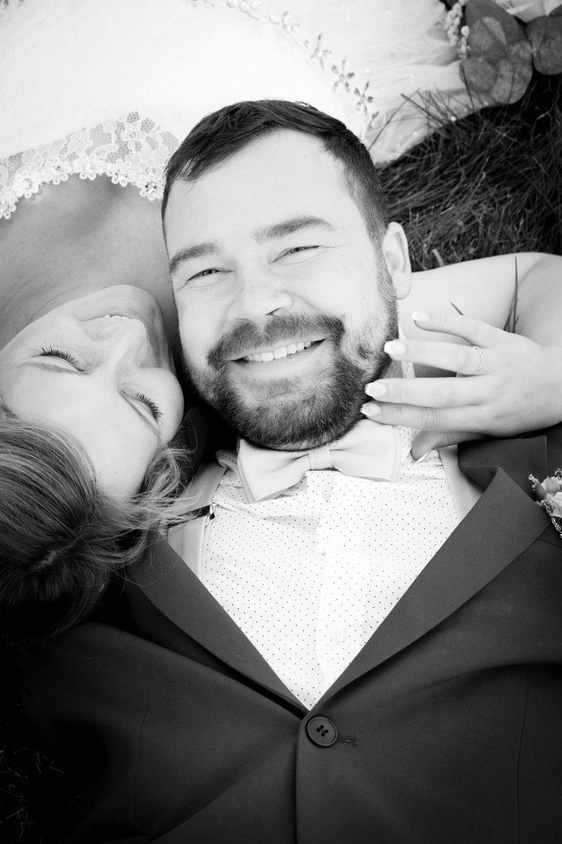 Nevěsta se ženichem leží v trávě, portrét
