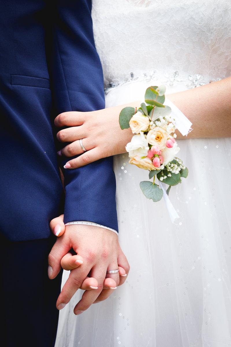 Detail na ruce nevěsty a ženicha