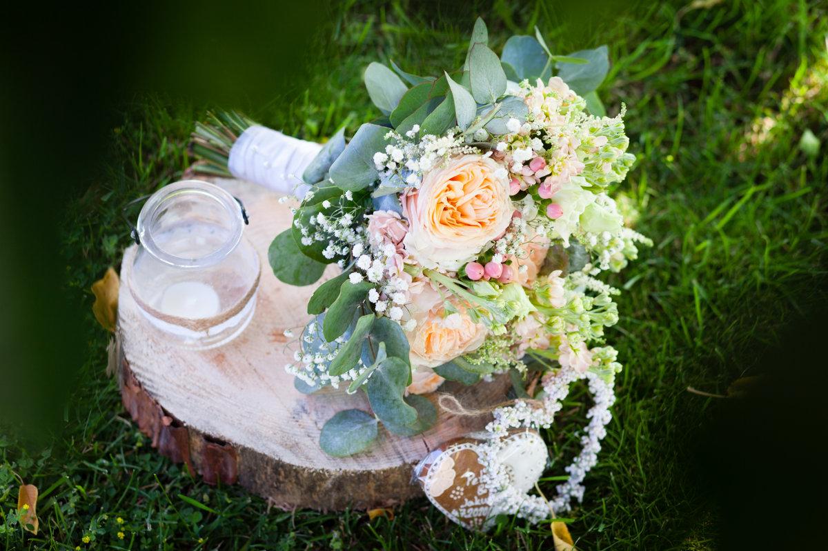 Svatební kytice na trávě, detail