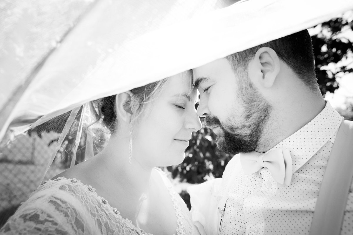 Svatební portrét, detail focený přes vlečku