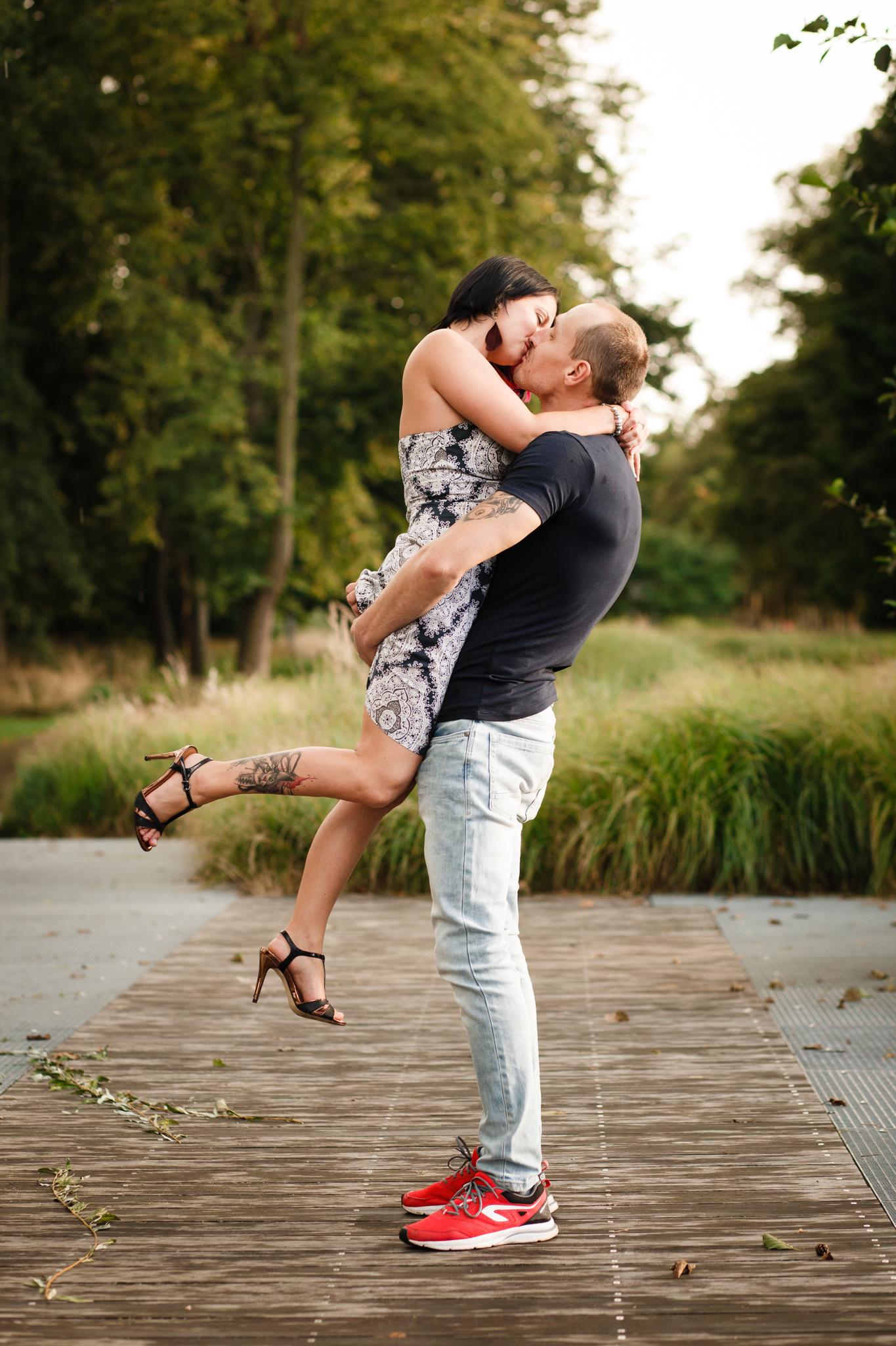 Přítel vyzdvihuje partnerku a dává ji polibek