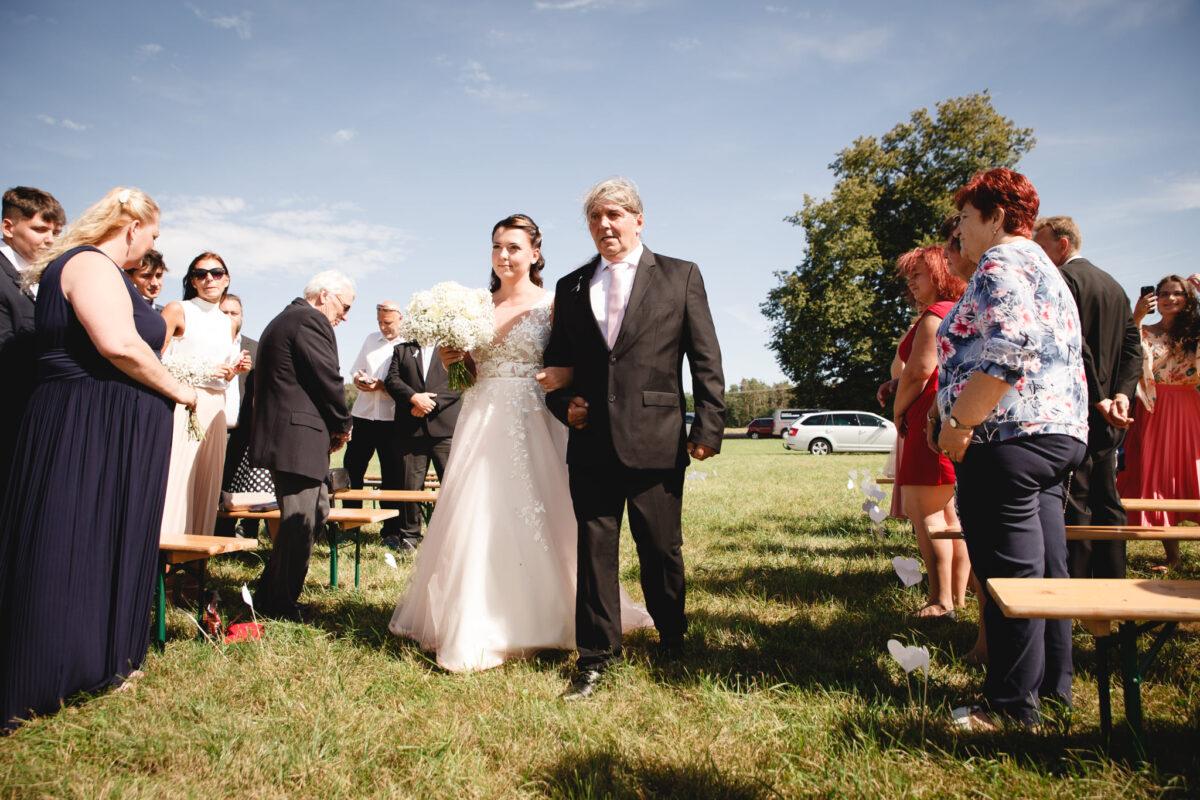 Tatínek vede nevěstu, svatební obřad