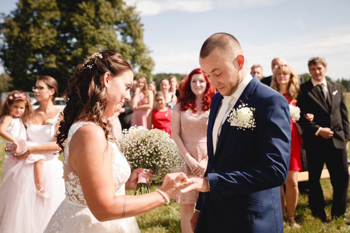 Nasazování svatebního prstýnku