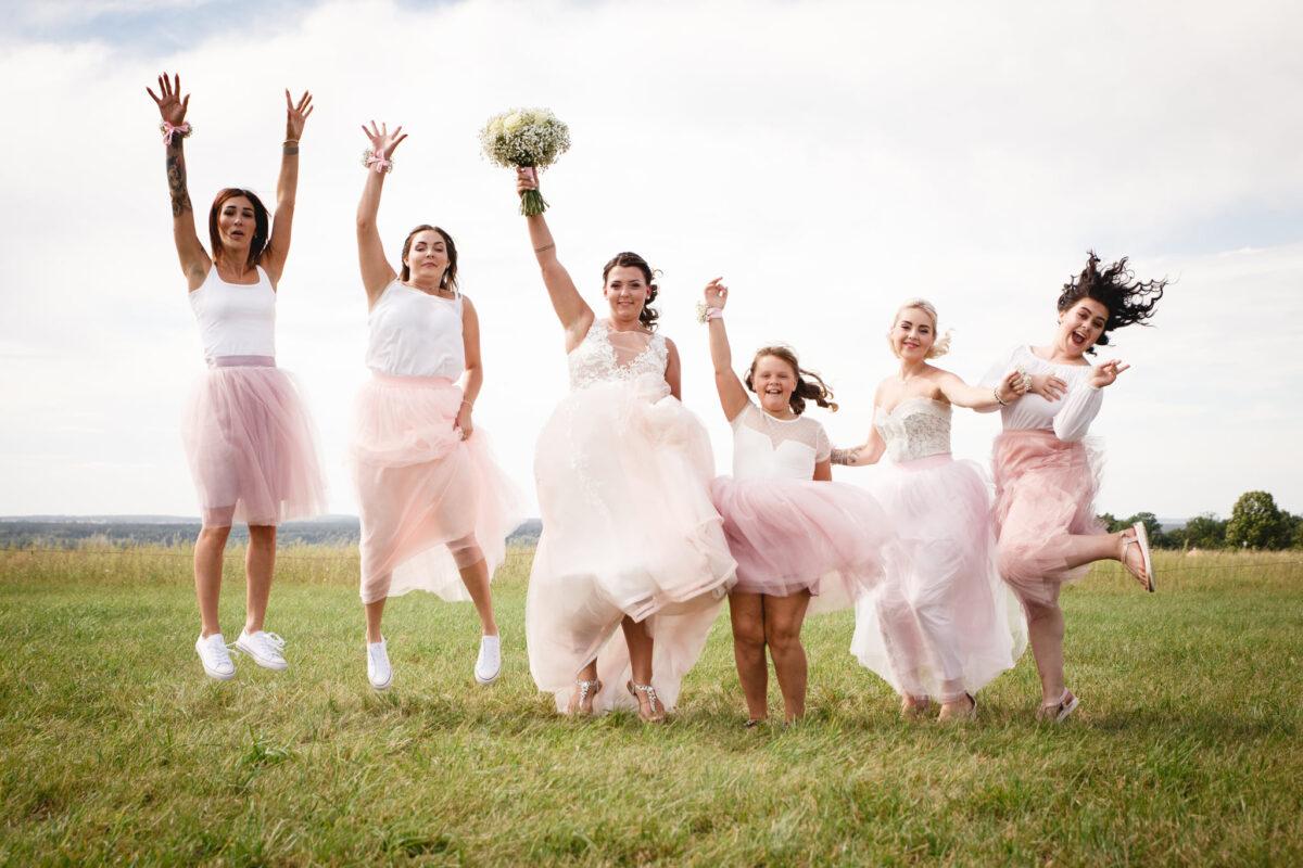 Nevěsta s kamarádkami vyskakuje do vzduchu