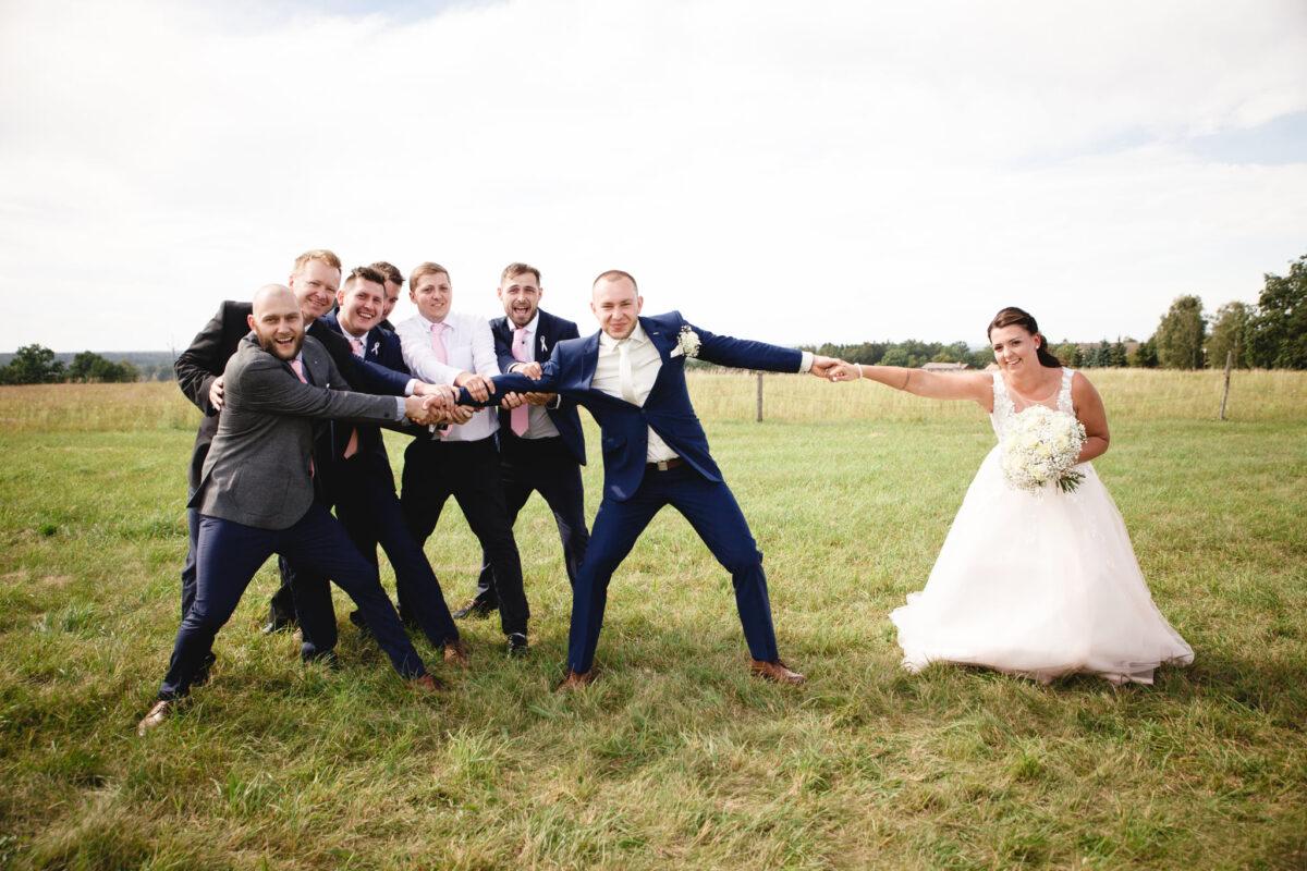 Nevěsta se přetahuje o ženicha