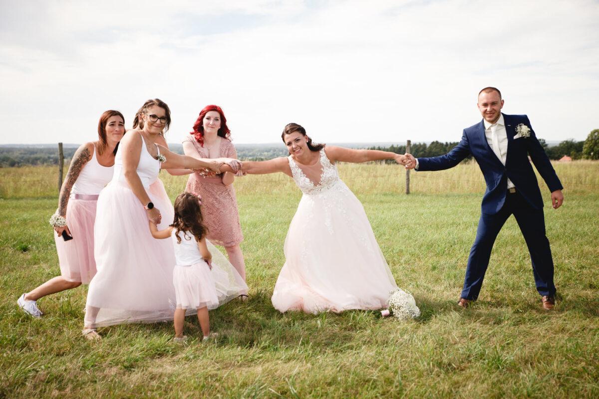 Ženich se přetahuje o nevěstu