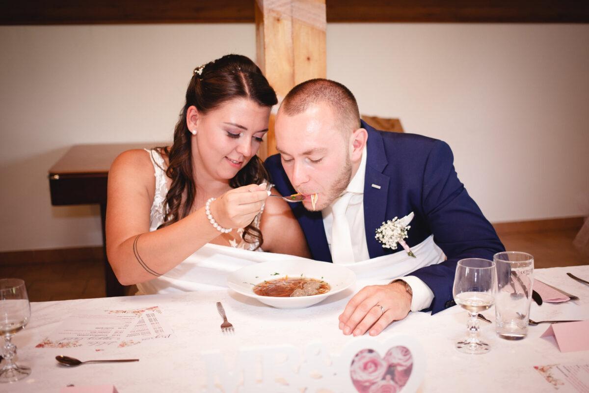 Ženich s nevěstou jí svatební polévku