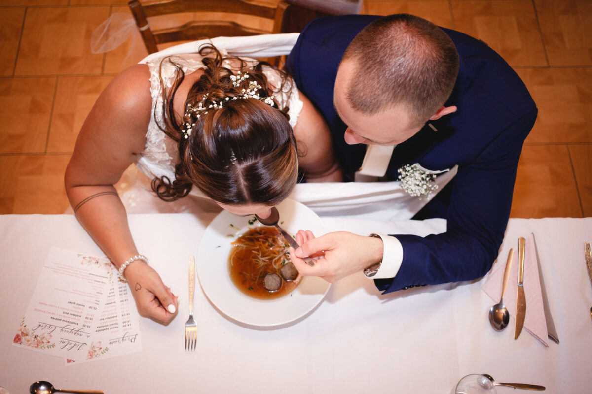 Ženich s nevěstou jí svou první polévku, pohled zhora