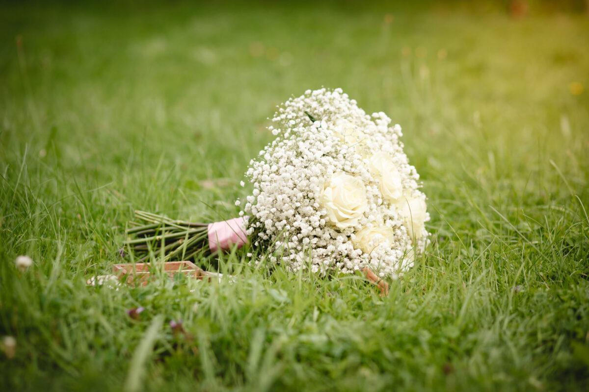 Svatební kytice v trávě, detail