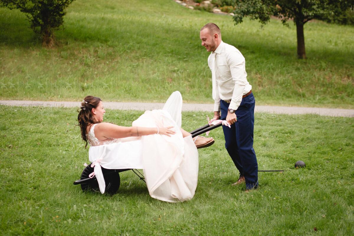 Ženich veze nevěstu na kolečku