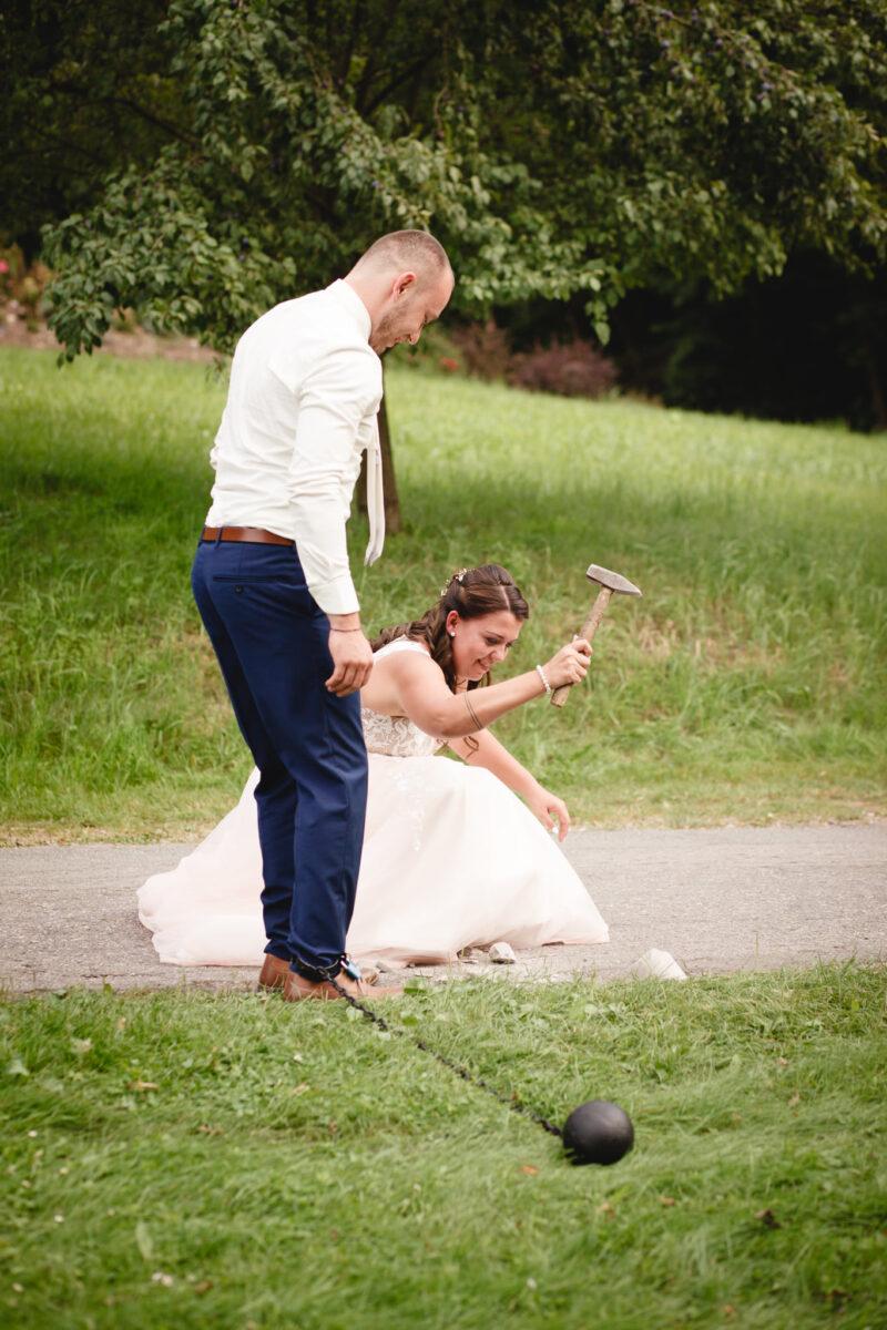 Nevěsta drží kladivo a snaží se rozbít klíč v sádrové kostce