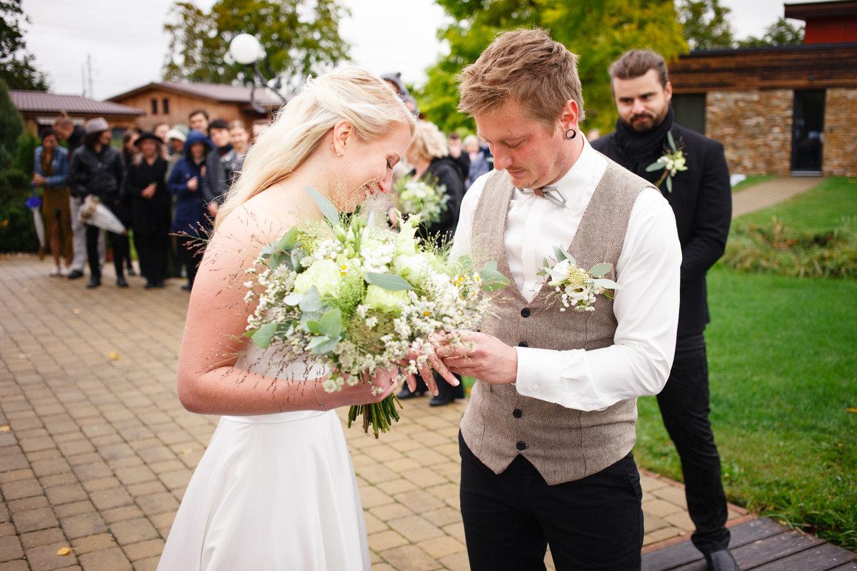 Ženich navléká prstýnek nevěstě