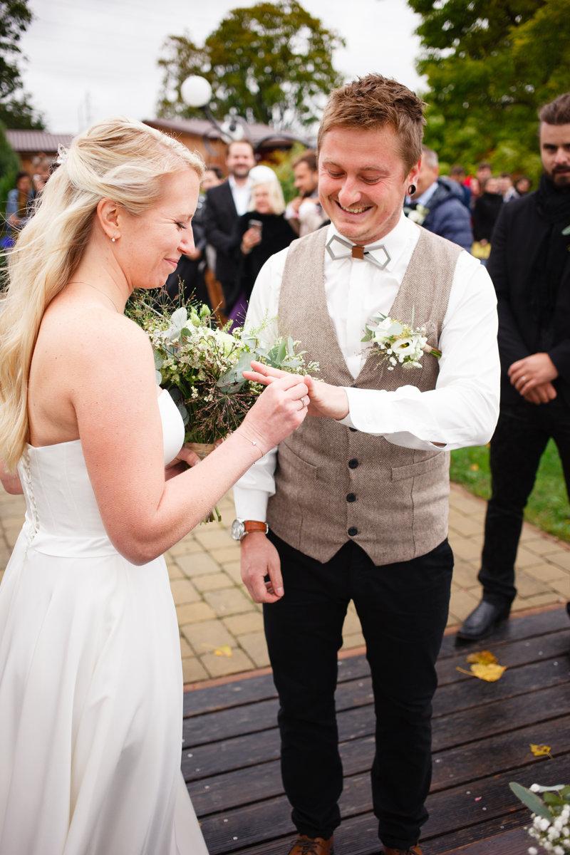 Nevěsta navléká ženichovi prstýnek