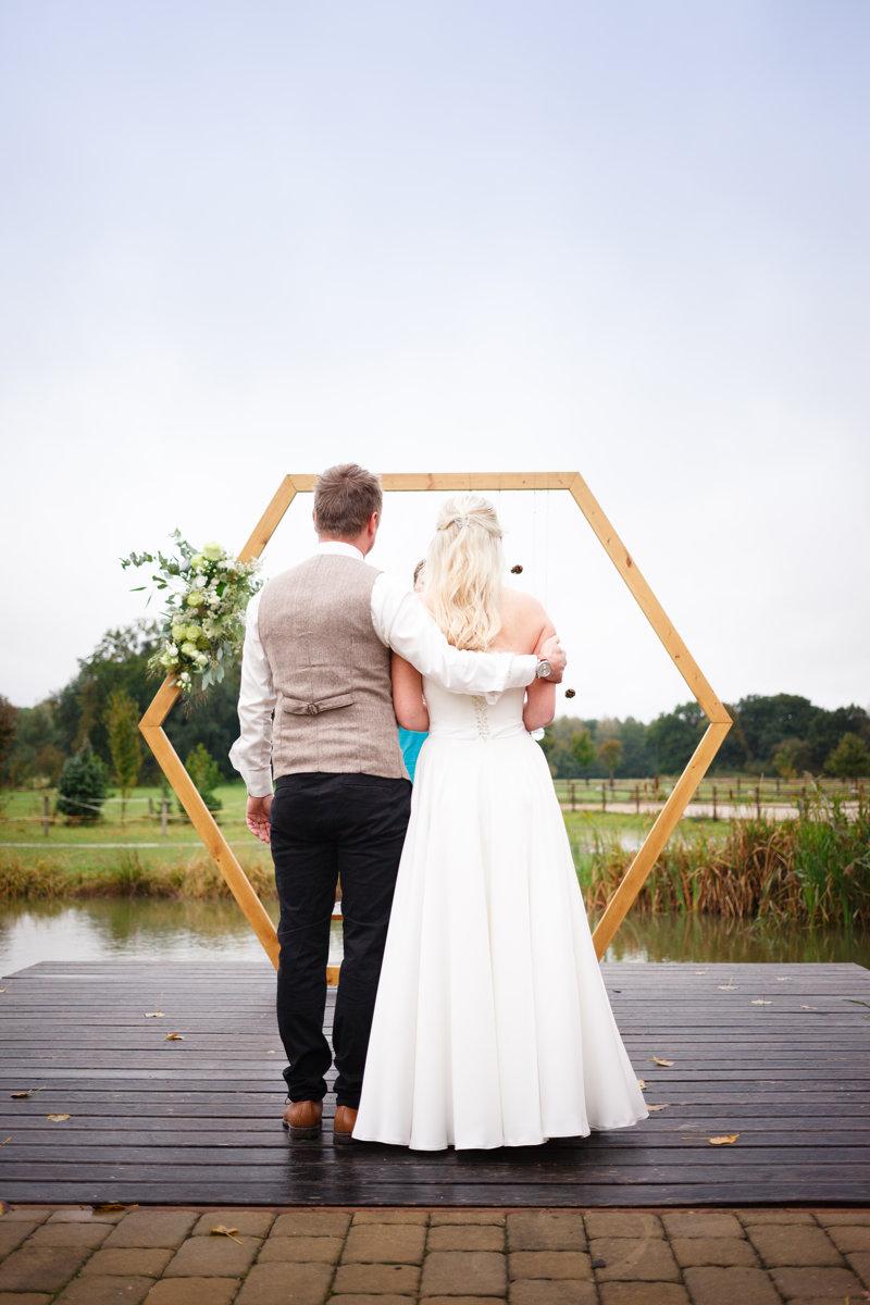 Ženich drží nevěstu za rameno, svatební obřad, Ranč Orlice