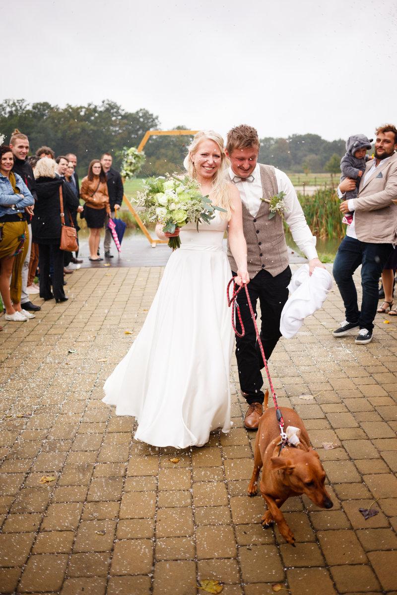 Nevěsta se ženichem jdou špalírem, svatba, Ranč Orlice
