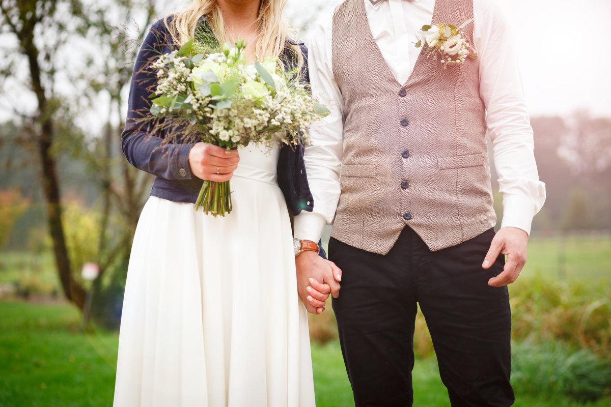 Nevěsta se ženichem se drží za ruce, detail, svatba Ranč Orlice