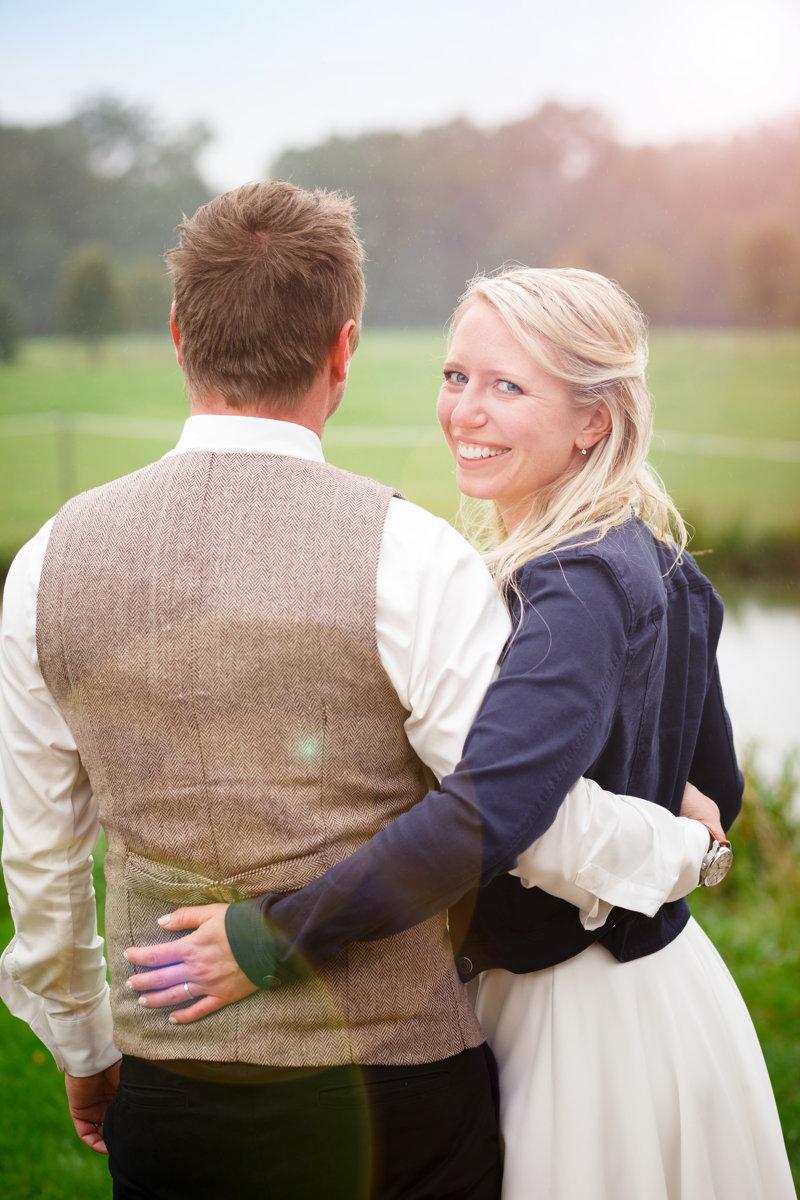 Nevěsta kouká na fotografa, svatební portrét, Ranč Orlice