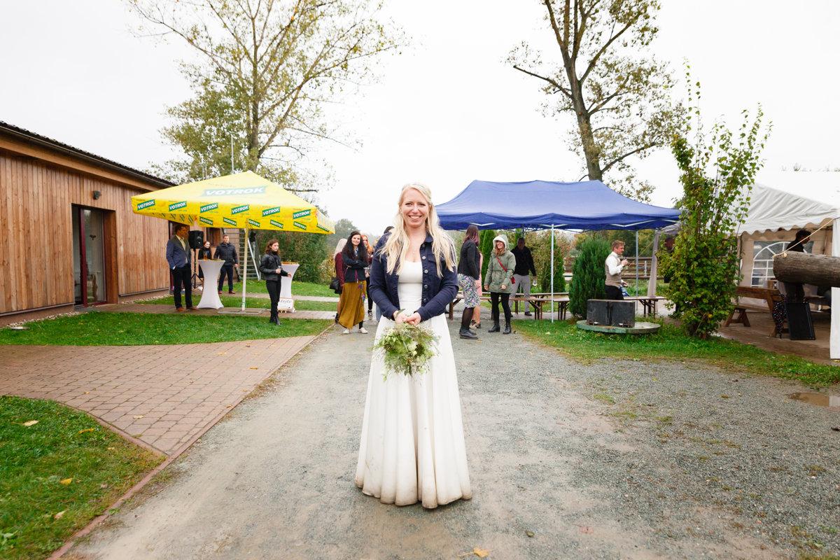 Nevěsta je připravena hodit kytici, svatba Ranč Orlice