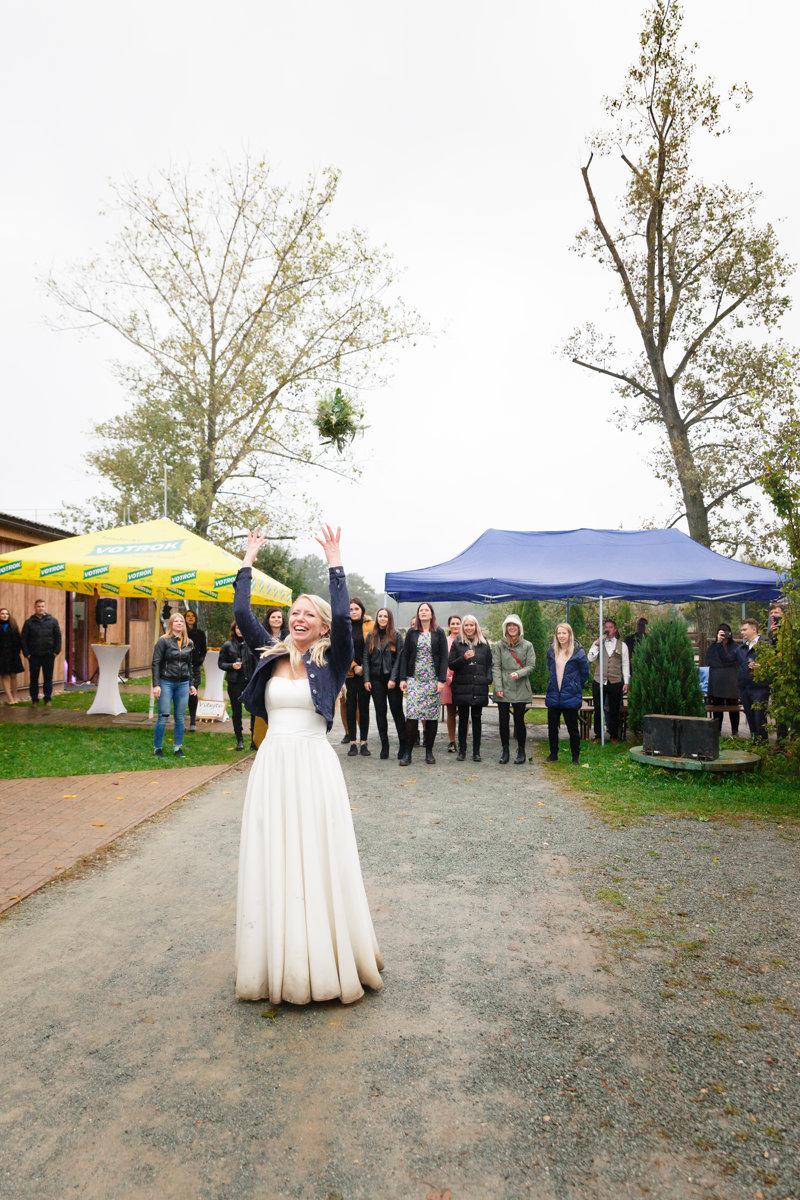 Nevěsta právě hodila kytici, svatba Ranč Orlice