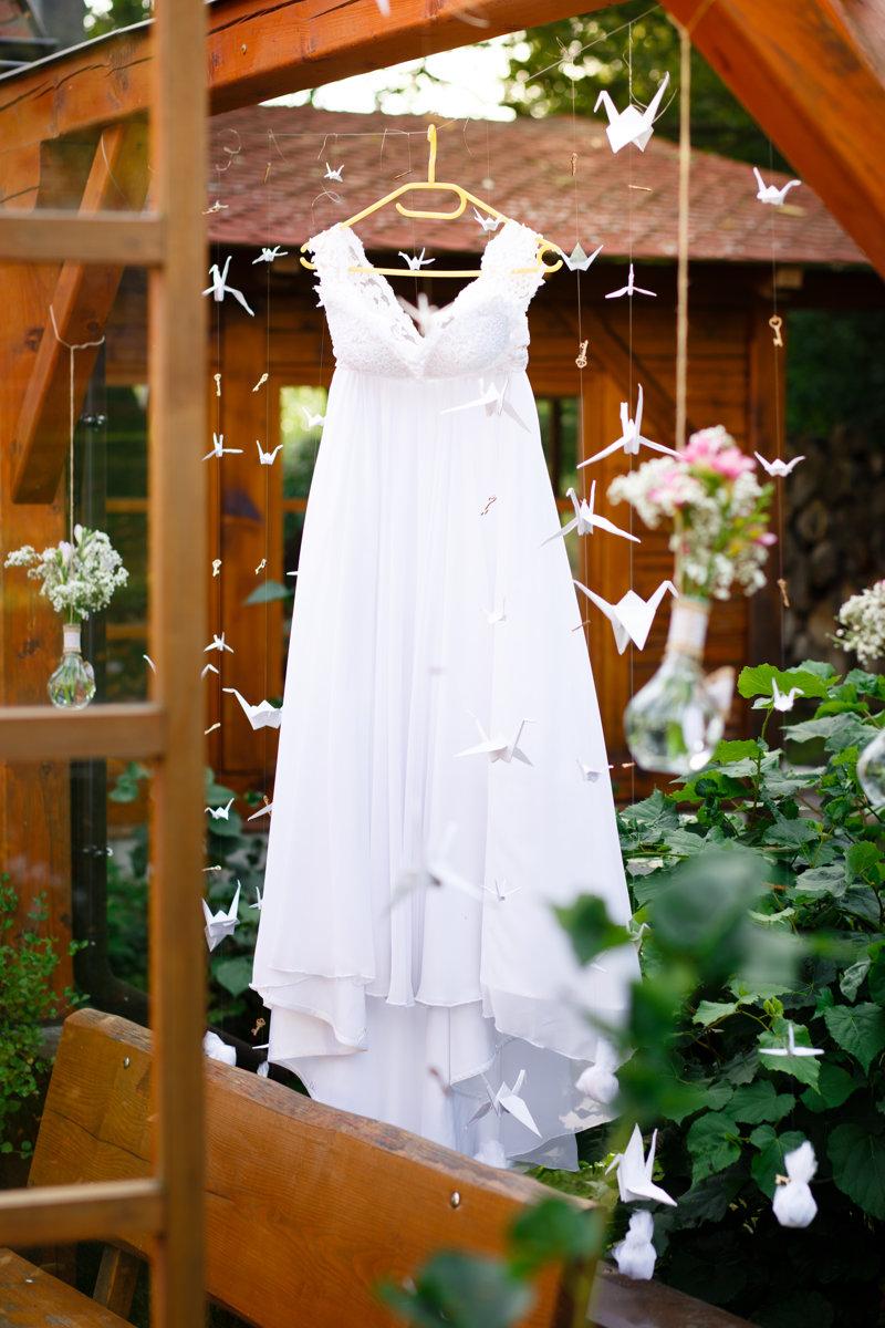 Šaty nevěsty visí na pergole, Obora Trpišov