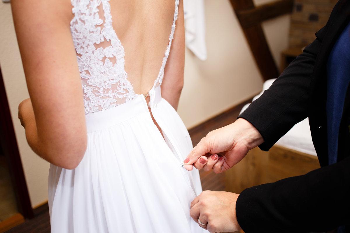 Zapínání šatů nevěsty