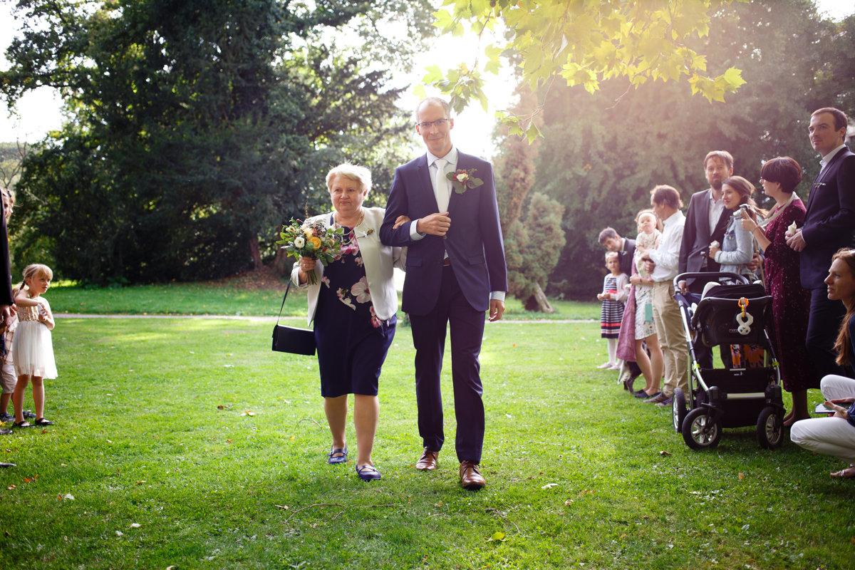 Maminka vede syna k obřadu, park Choltice