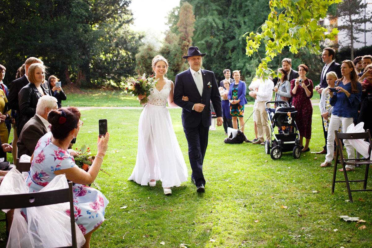 Tatínek vede nevěstu k obřadu, park Choltice