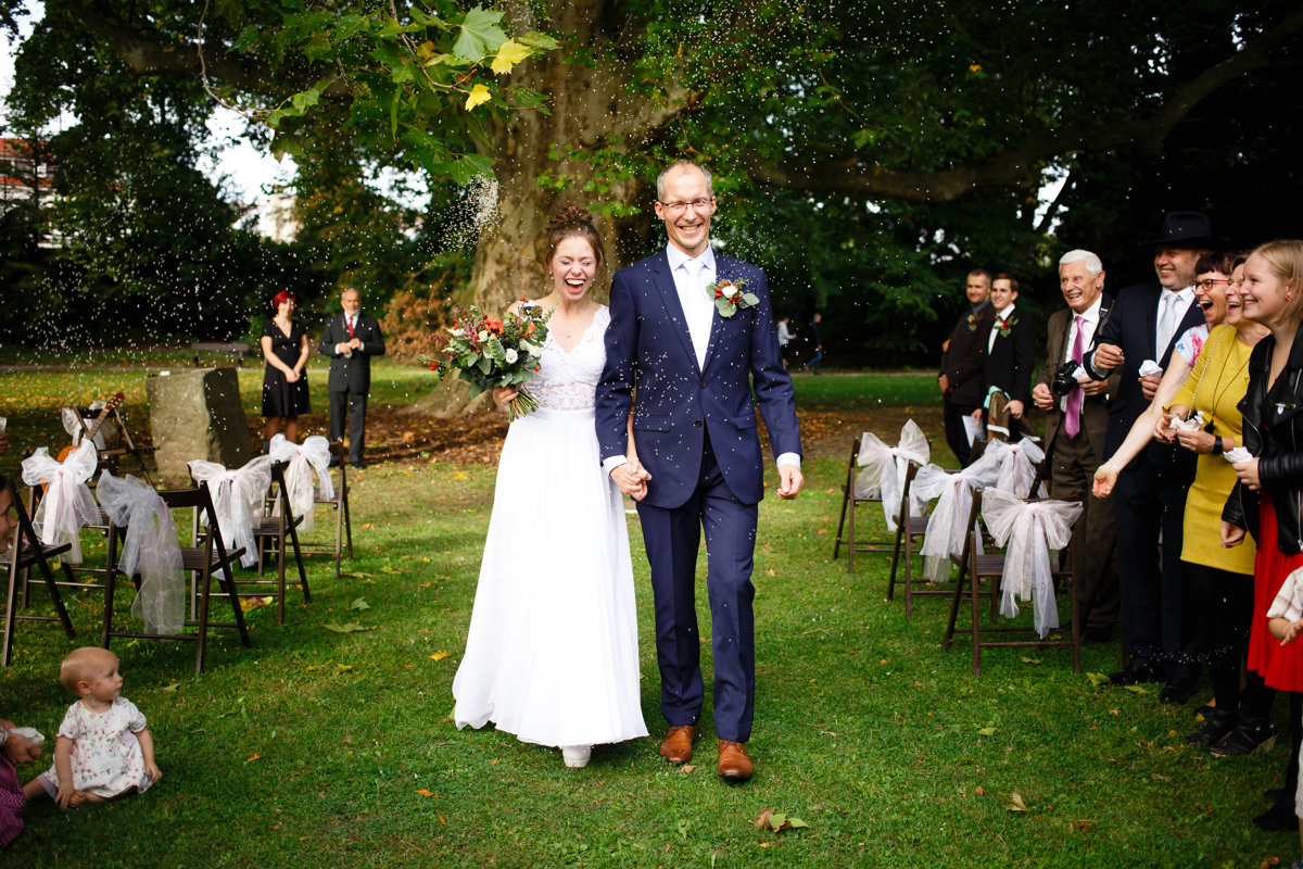 Nevěsta se ženichem jdou špalírem, park Choltice