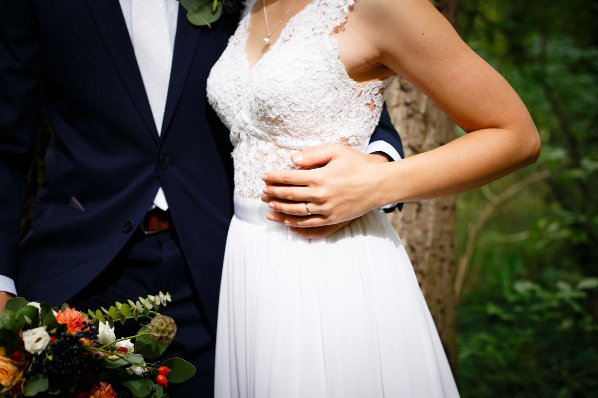 Detail na ruce ženicha a nevěsty, park Choltice