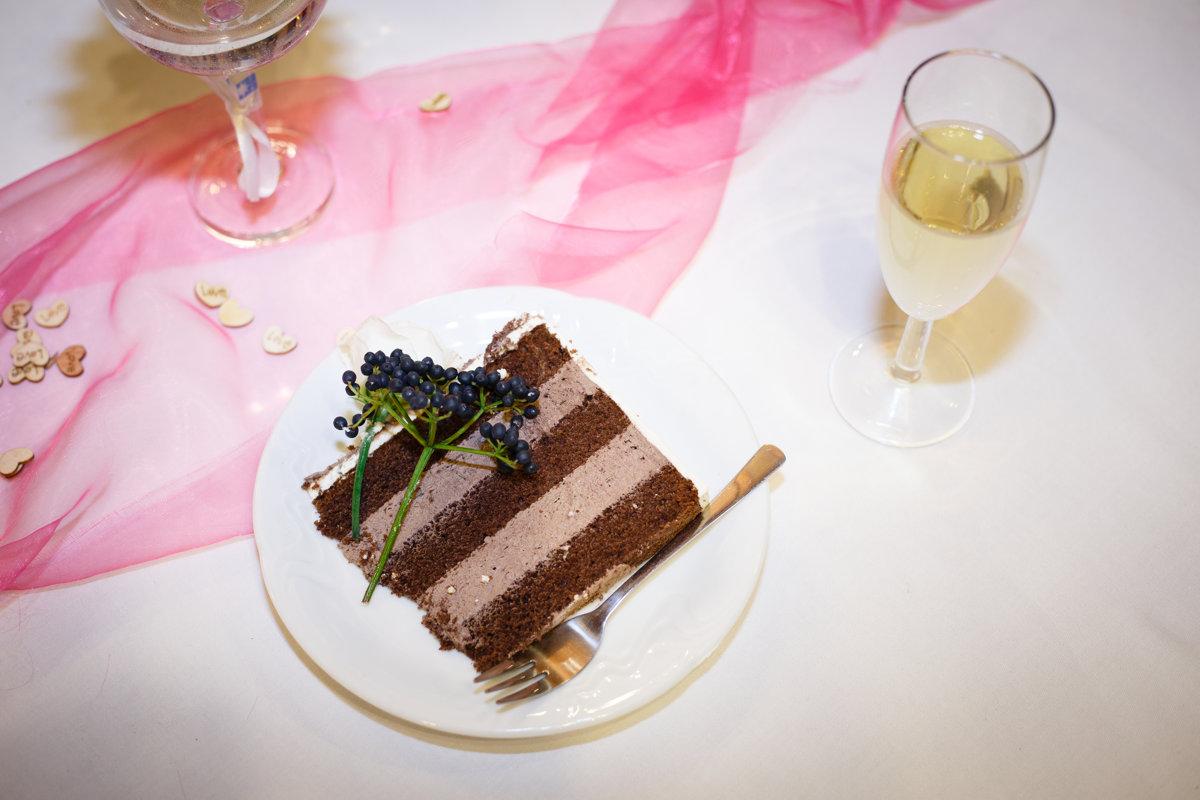 Detail na porci dortu na talíři