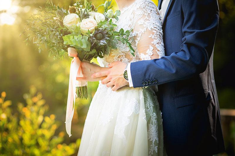 Detail rukou nevěsty a ženicha, svatební portrét
