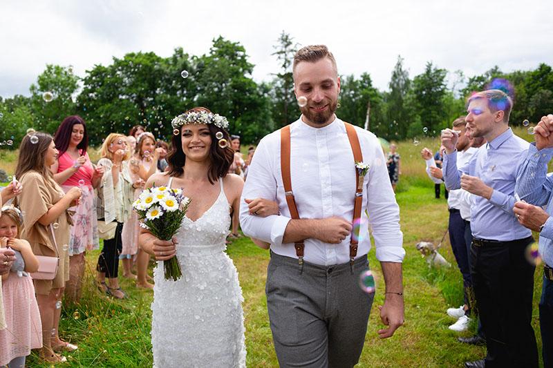 Nevěsta se ženichem prochází špalírem, bublifuk, svatba, příroda