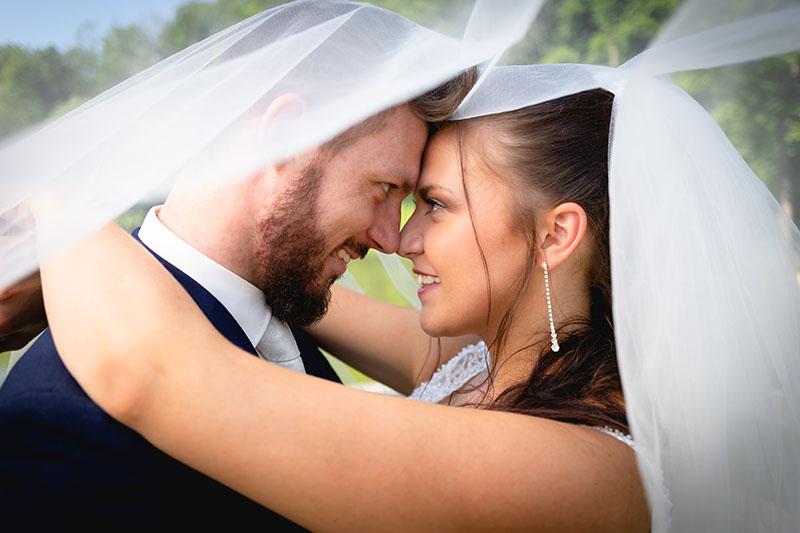Portrét nevěsty a ženicha, čela u sebe, obličej, závoj