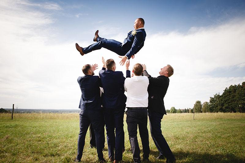 Vyhození ženicha do vzduchu, obřad, svatba, legrace