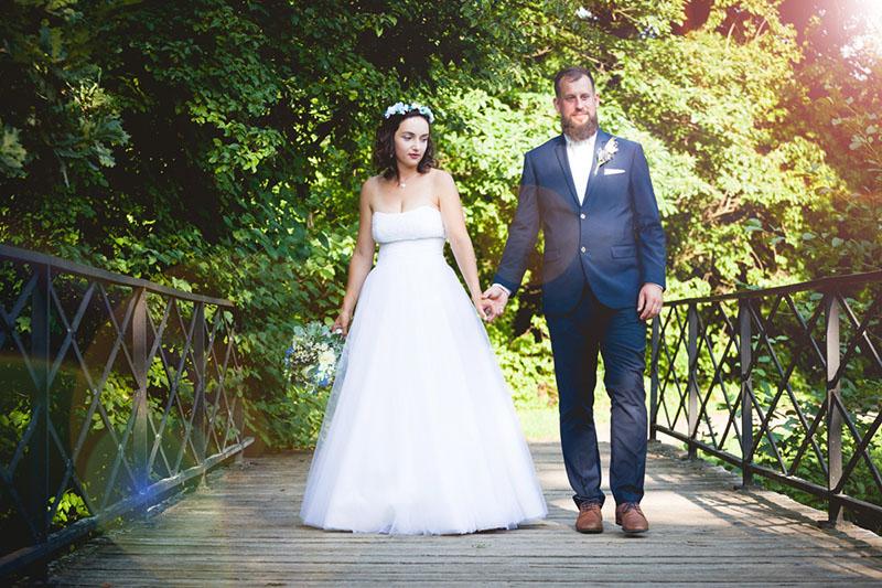 Nevěsta se ženichem jdou po mostu, zámek Choltice, park, portrét