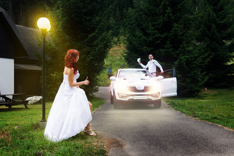 Svatba, ženich jede autem, nevěsta stopuje, portrét