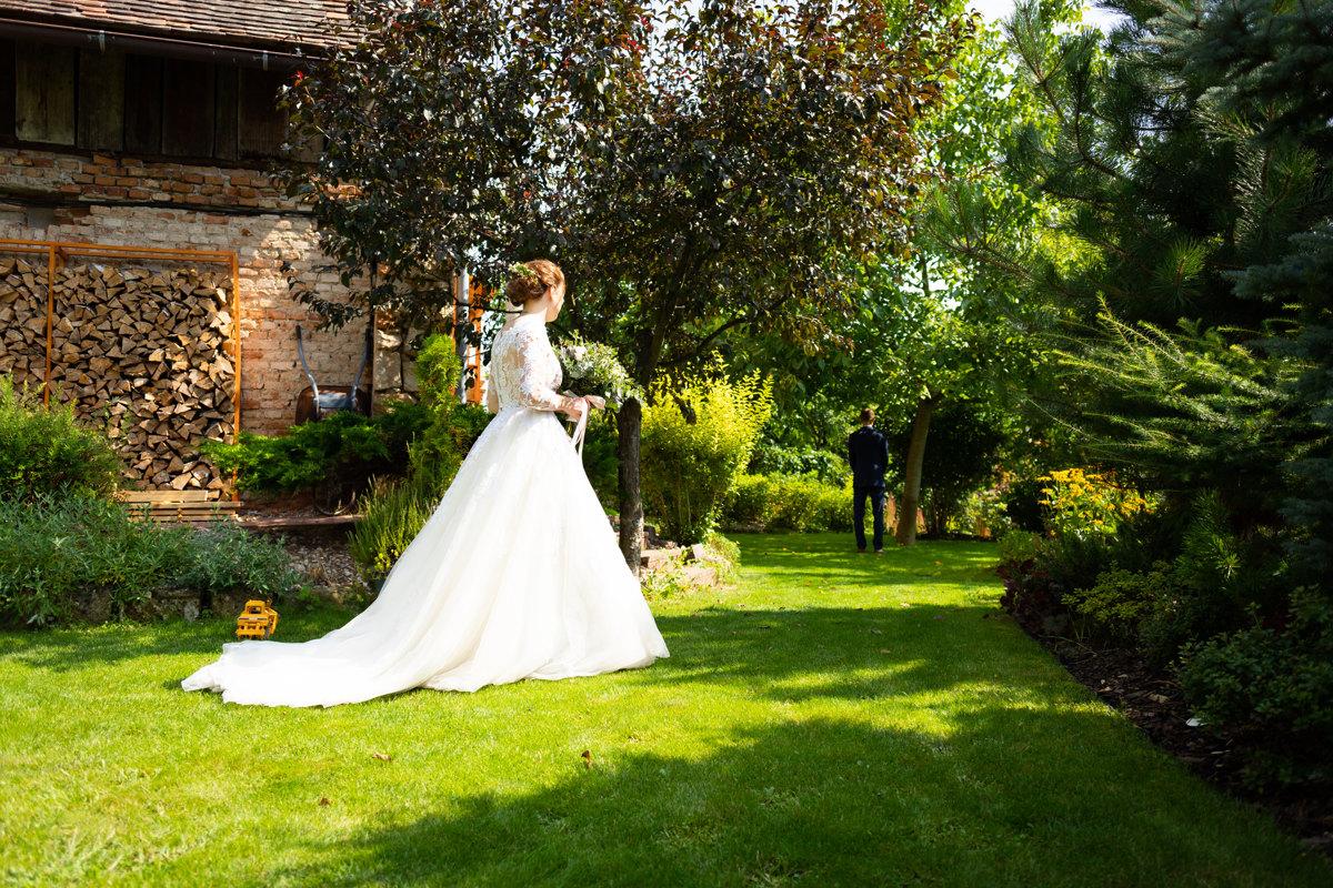 Nevěsta se jde ukázat ženichovi, svatba
