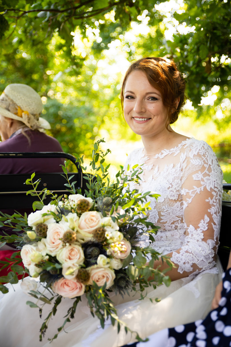 Portét sedící nevěsty v kočáře