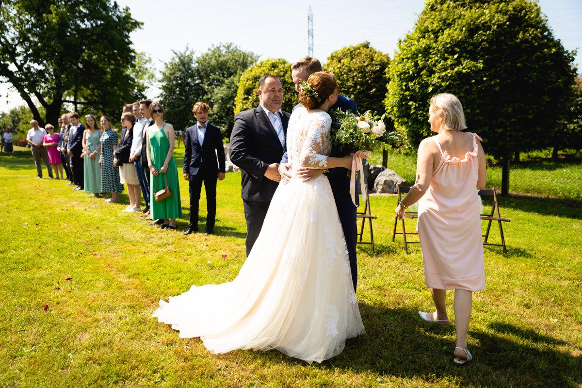 Objetí nevěsty a ženicha po příchodu na obřad