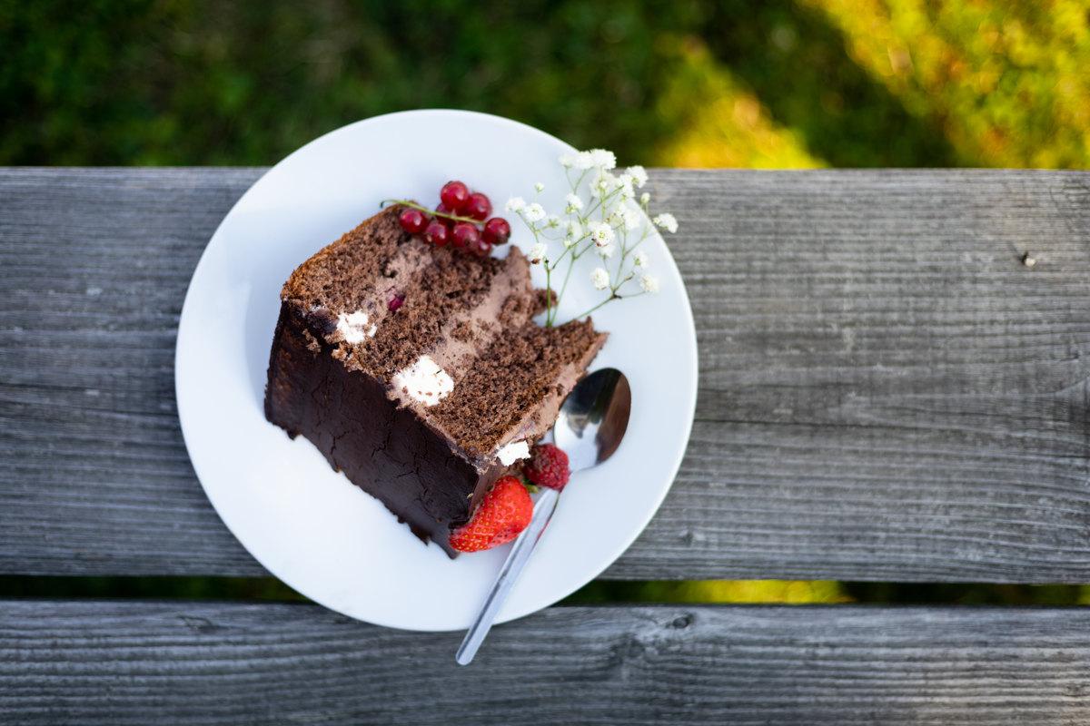 Detail na svatební dort na talíři