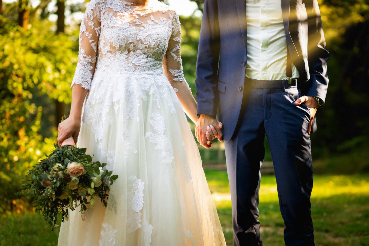 Detail na nevěstu a ženicha, jak se drží za ruce