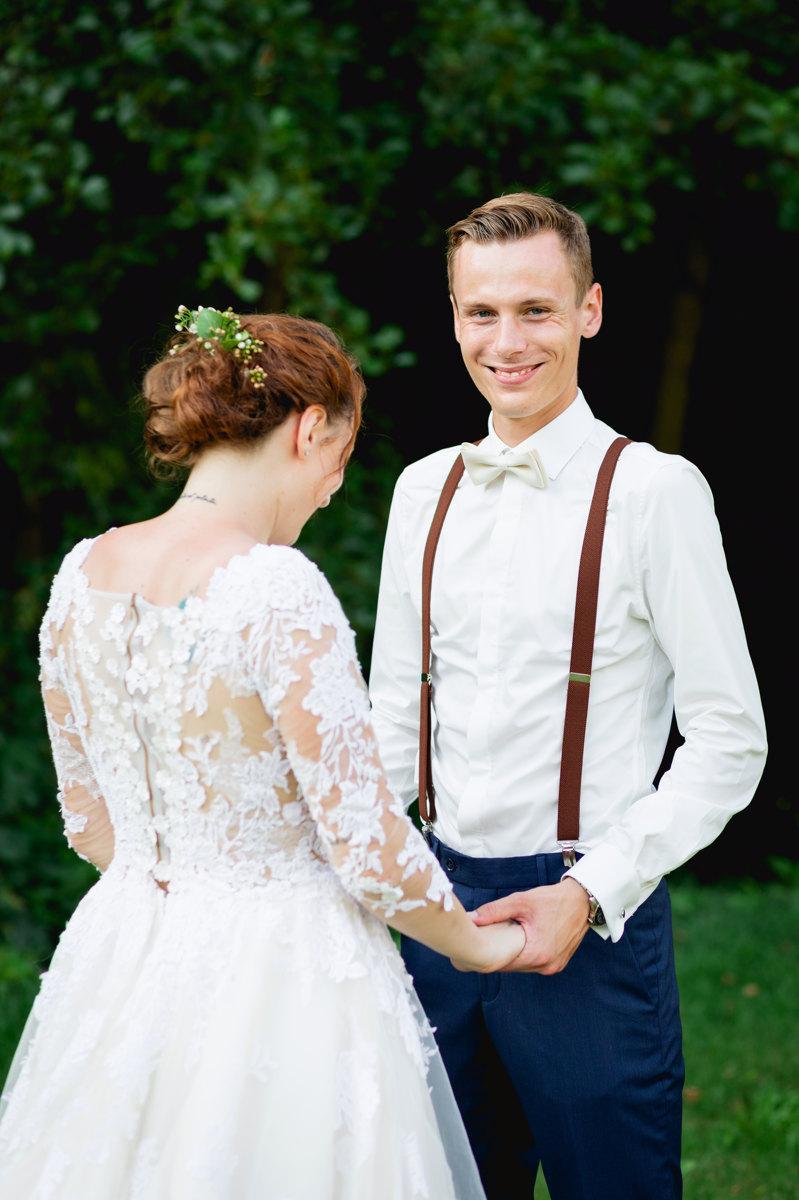 Portrét, ženich, nevěsta, drží se za ruce