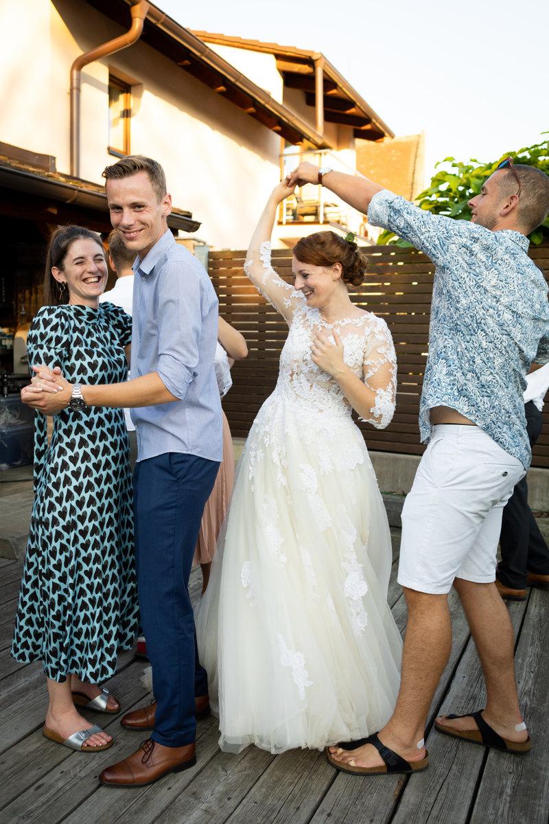 Tanec, nevěsta, ženich, svatebčané, svatba